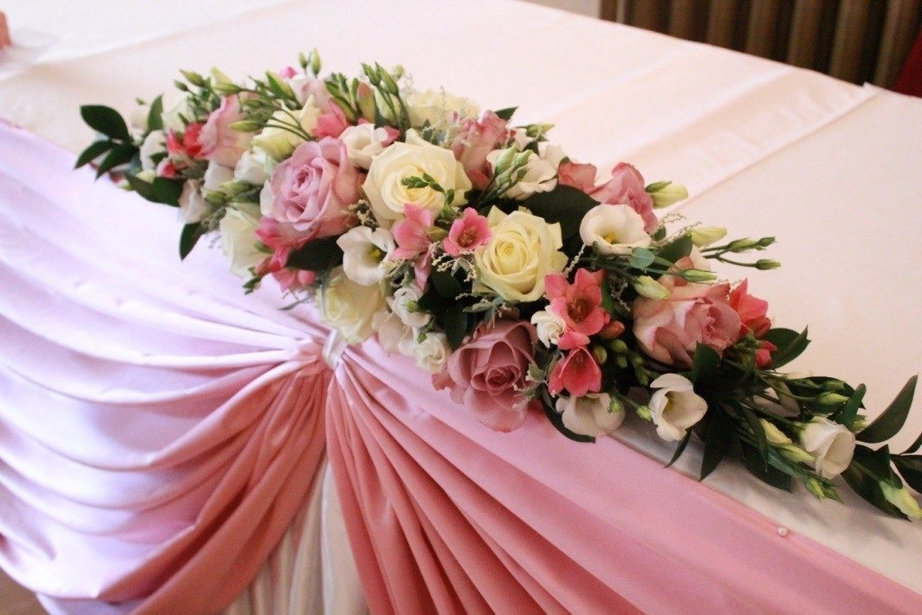 Композиция на свадебный стол из цветов