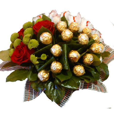Букеты с конфетами и цветами