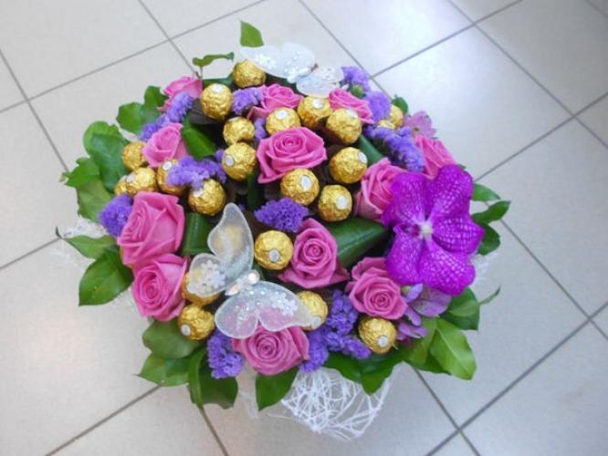 Букеты из живых цветов с конфетами своими  851